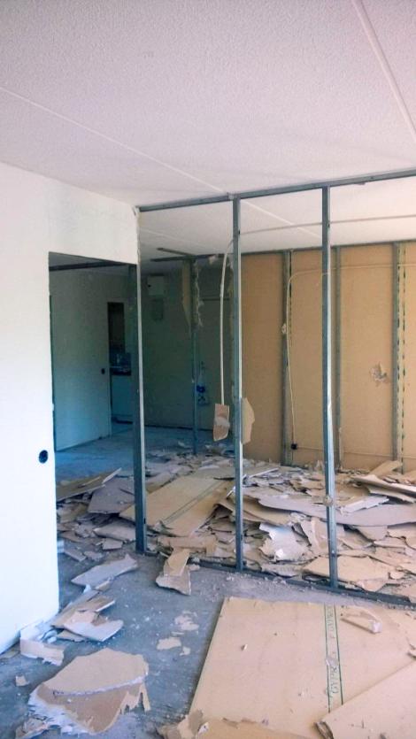 Tässä oli ennen kaksi makuuhuonetta halkonut seinä.
